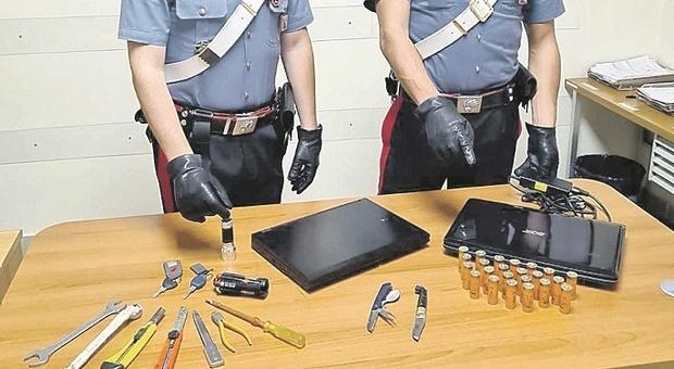 Fermo, presa una coppia di pregiudicati nel casolare: nel covo computer rubati, coltelli e cartucce