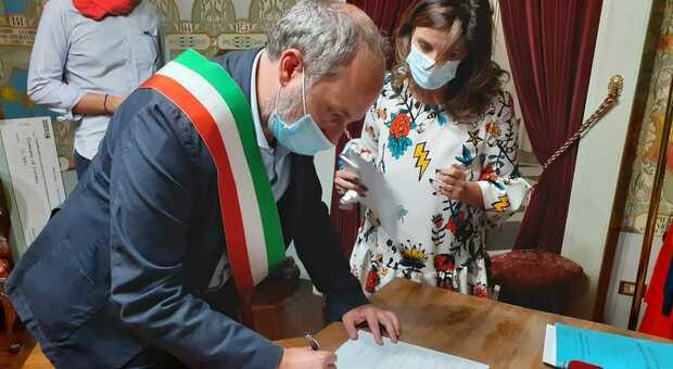 Fermo, prima i sintomi e poi il tampone, il sindaco è positivo: «Essere fissato con la mascherina non è bastato»