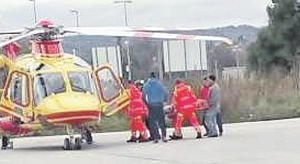 San Costanzo, rovinosa caduta mentre lavora alla grondaia: operaio 55enne soccorso dall'eliambulanza
