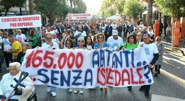La grande manifestazione in strada organizzata dal comitato Salviamo il Madonna del Soccorso