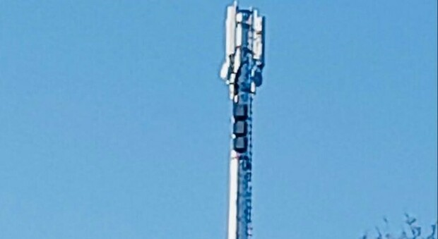 Spunta una maxi antenna, malumore tra i residenti: «Non sapevamo nulla»