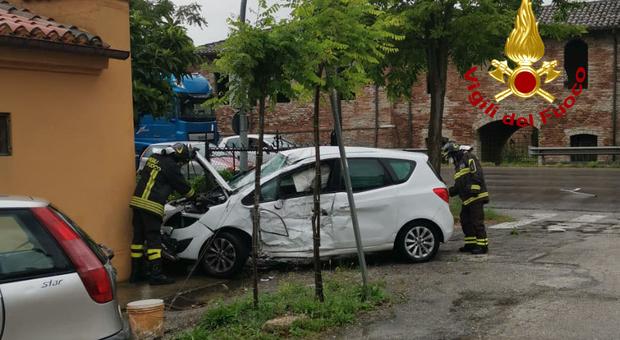 Scontro tra una macchina e un autocarro: donna portata all'ospedale di Torrette