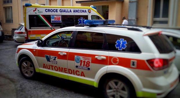 Ancona, camminano sul marciapiede e si scontrano: donna in ospedale