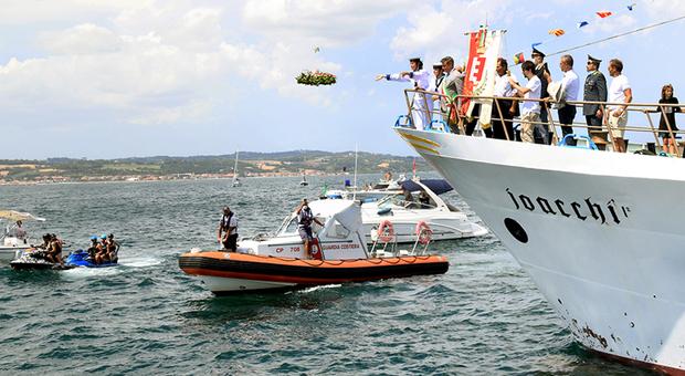 Il lancio della corona di alloro per i caduti del mare