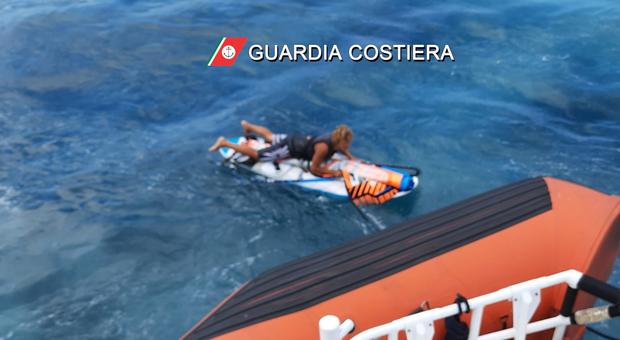 Surfista disperso in mare. Il 17enne portato in salvo dopo un ora e mezza. La Guardia costiera lo trova in un allevamento di cozze
