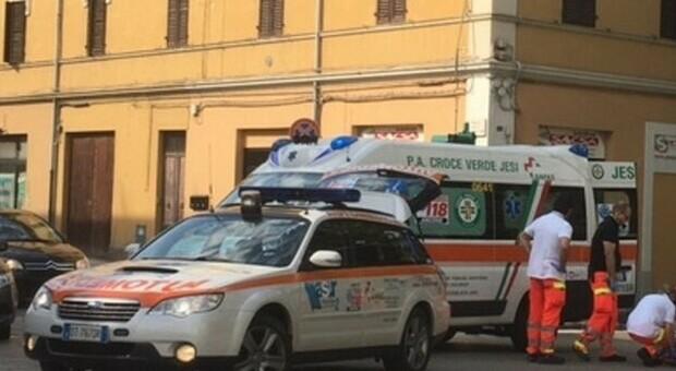 Dramma al panificio: mangia un pezzo di pizza e va in arresto respiratorio, 70enne muore soffocato