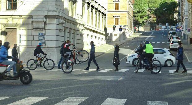 Pedoni, auto e biciclette: ecco la soluzione della Fiab per la convivenza felice