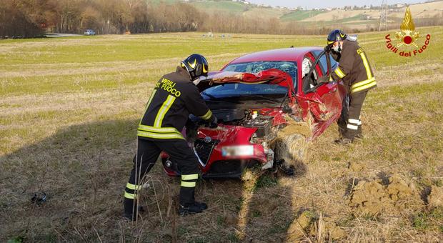 Perde il controllo dell'auto e finisce in un campo: le tre persone a bordo portate in ospedale