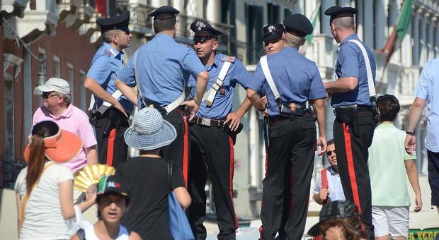 "Venditore di borse ""false"" reagisce ai controlli e aggredisce i carabinieri"