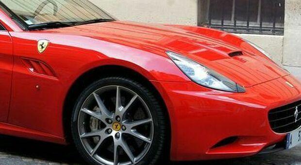 Percepiva il reddito di cittadinanza ma girava in Ferrari, il furbetto scoperto dalla Guardia di Finanza