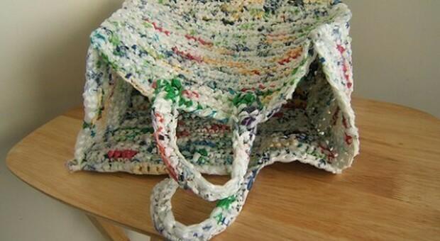 Una borsa realizzata all'uncinetto