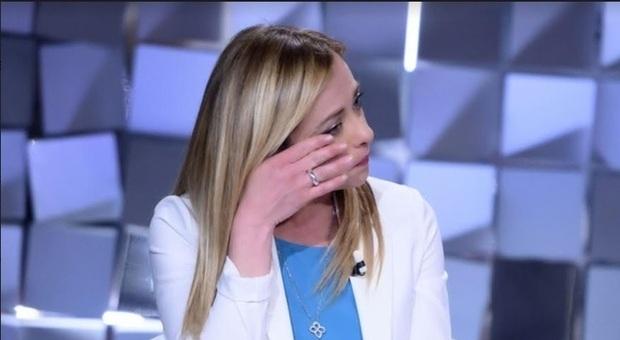 Giorgia Meloni, lacrime a Verissimo: «Mi hanno augurato di abortire». Silvia Toffanin resta senza parole