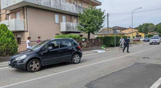 Investito mentre attraversa la strada davanti a casa: è gravissimo