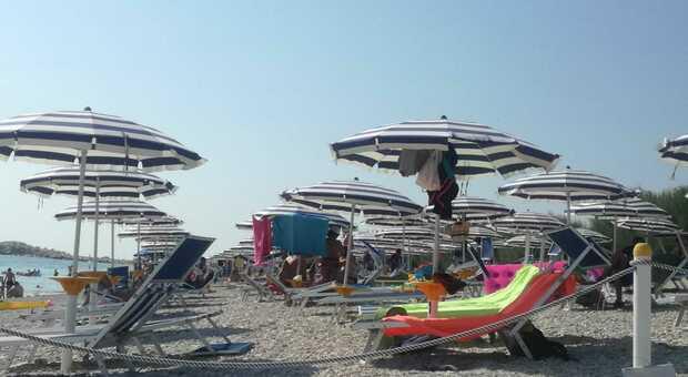 Distanze tra ombrelloni, numero chiuso in piscina e accessi alle spiagge libere da regolamentare: come sarà la seconda estate Covid