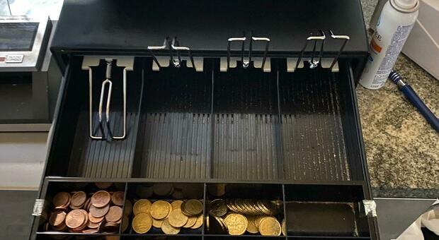 Il registratore di cassa lasciato aperto dai ladri