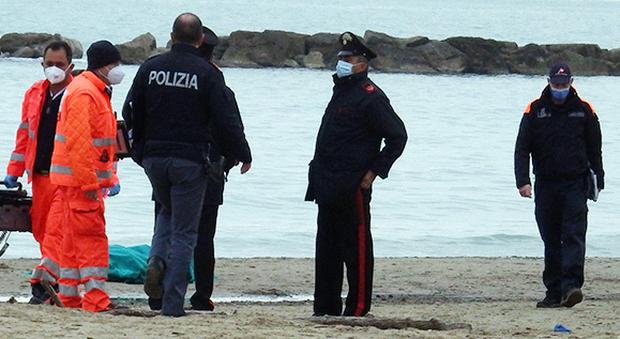 Il mare restituisce il corpo di un uomo: aveva bevuto, poi è scomparso da casa. Riconosciuto dopo 12 ore dalla compagna