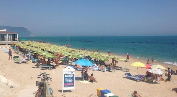 Coronavirus, è deciso: dal 29 parte l'estate. In spiaggia senza check in e in 4 sotto l'ombrellone