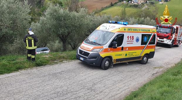 L'auto nella scarpata a Castorano e l'intervento dei soccorritori