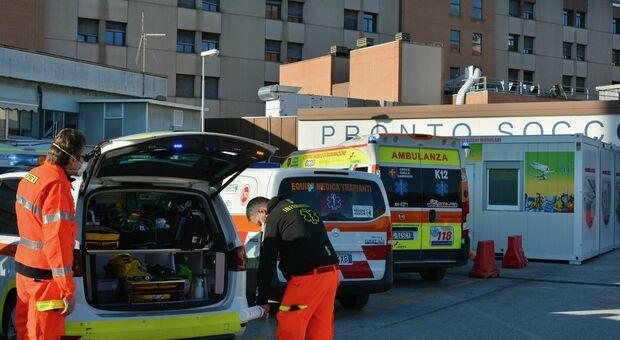 Altre 12 vittime del virus in provincia: l'ospedale di Torrette al contrattacco, più posti-Covid e vaccini