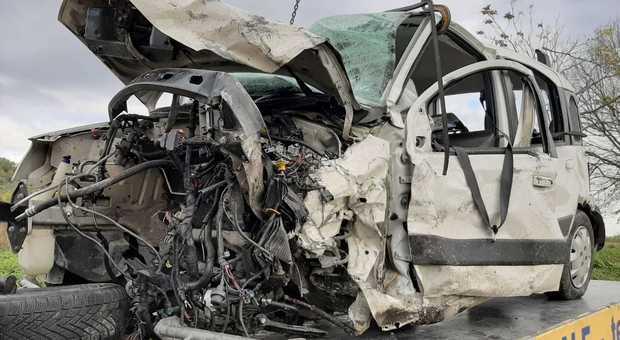 Ascoli, pauroso schianto sulla Salaria: auto accartocciate e cinque feriti, due sono gravi