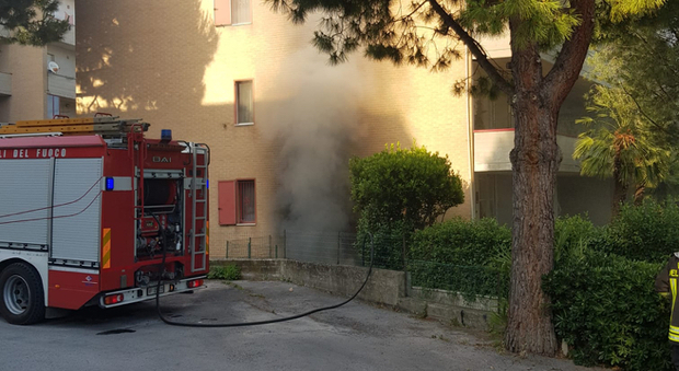 Recanati, l'incendio nel seminterrato fa saltare gli impianti: 18 famiglie costrette a restare fuori dalle loro case