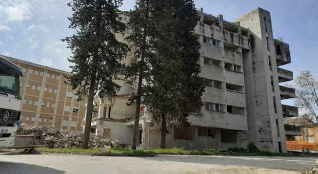 Quasi completata la demolizione dell'ex ospedale civile. Ecco il progetto: «Un grande park gratis per il centro»