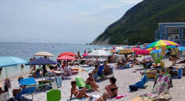 Il borsino delle spiagge mentre fioccano le prenotazioni: Portonovo la star e Palombina low cost