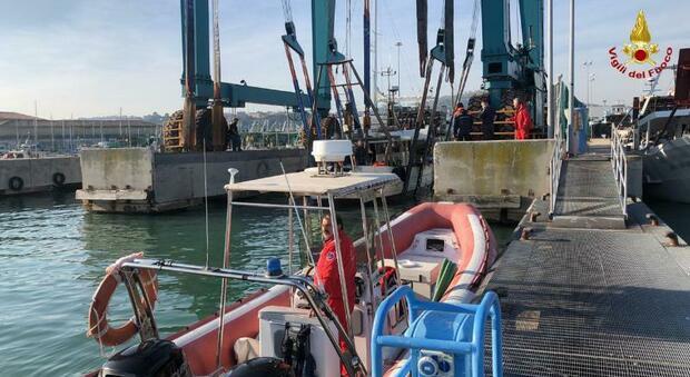 Ancona, la vongolara imbarca acqua e rischia di affondare: salvata dai vigili del fuoco