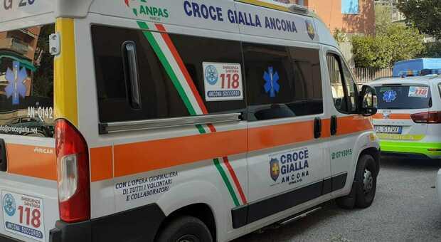 Ancona, travolto da un'auto impazzita mentre aspetta alla fermata del bus: 61enne in codice rosso