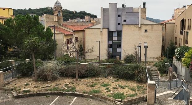 Il giardinetto di via Scosciacavalli ostaggio dei baby vandali