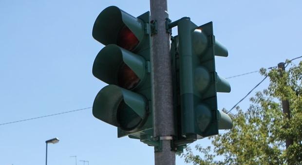 Montemarciano, semaforo trappola sulla Statale: raffica di multe ai conducenti degli autobus, protestano i sindacati
