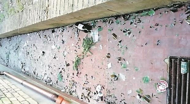 Un'intera via ostaggio dei baby vandali: «Lanciano bottiglie e mattoni, adesso basta»