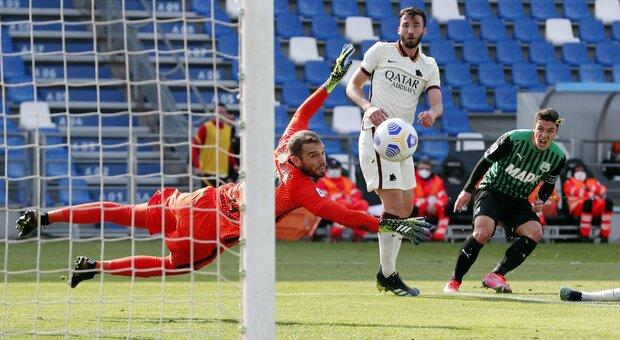 La Roma non approfitta del Sassuolo decimato: finisce 2-2 e la zona Champions si allontana