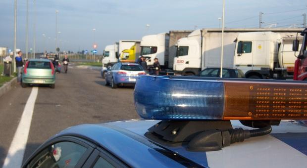 Fano, il mostro da 40 tonnellate a zig zag sull'autostrada: camionista ubriaco denunciato dopo l'inseguimento