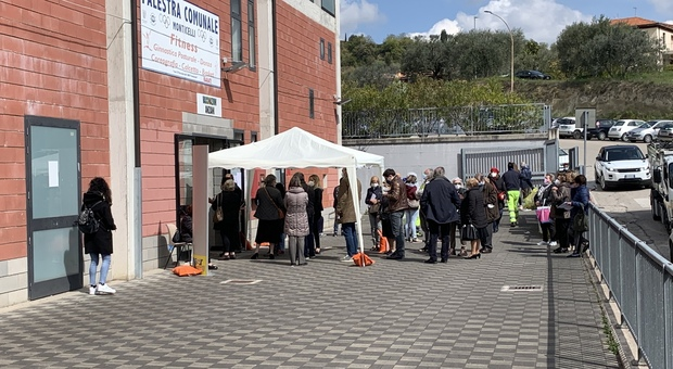 La coda al punto vaccinale nella palestra comunale di Monticelli