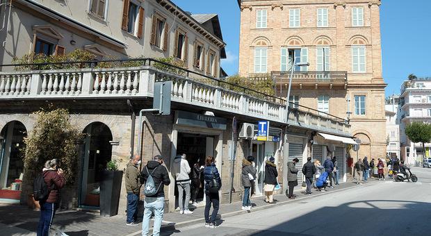 La gente in coda a primavera per i buoni spesa a Civitanova