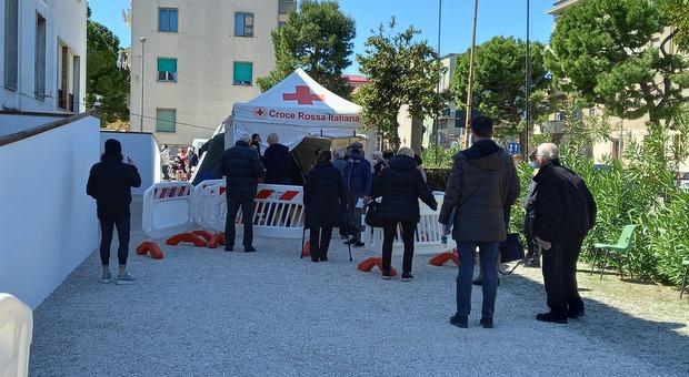 La vaccinazione davanti alla scuola don Dino Mancini di Fermo