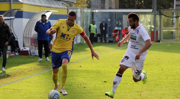 Marco Comotto, 36 anni, difensore e capitano della Fermana, in azione durante una partita al Recchioni