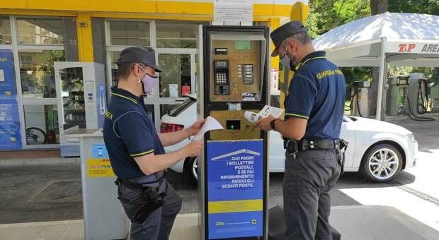 Meno di 10 euro di benzina con 108 transazioni: segnalato al Ministero per escluderlo dal Cashback