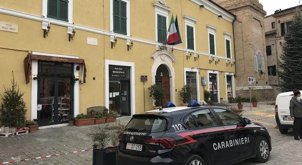 Il palazzo comunale con davanti un mezzo dei carabinieri