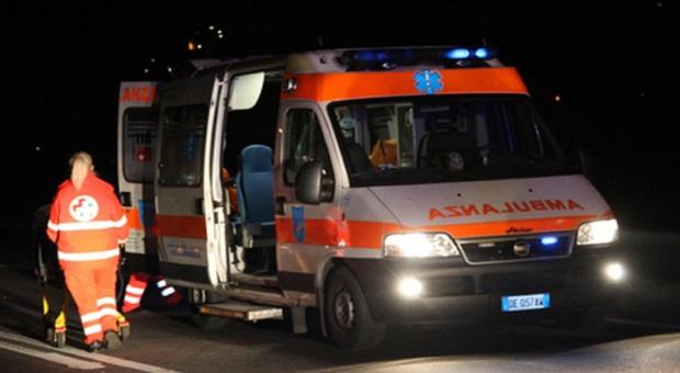 Inseguito dalla polizia si schianta in moto contro un'auto: morto a 20 anni