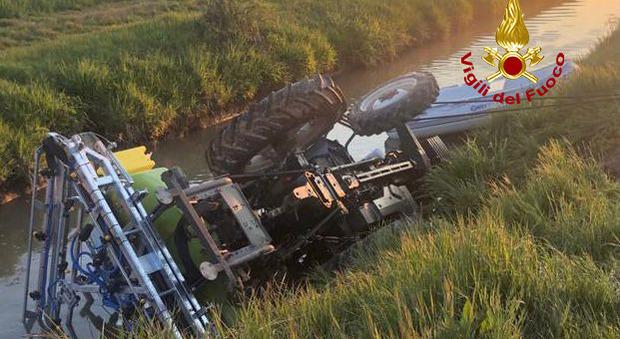 Trattore si rovescia nel canale: morto il giovane alla guida