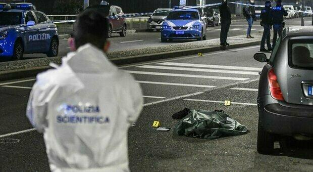 Milano, aggredisce passanti per strada armato di coltello: ucciso dalla polizia, due agenti feriti
