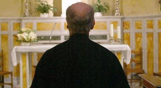 Un prete rivolto all'altare, foto tratta dal Web