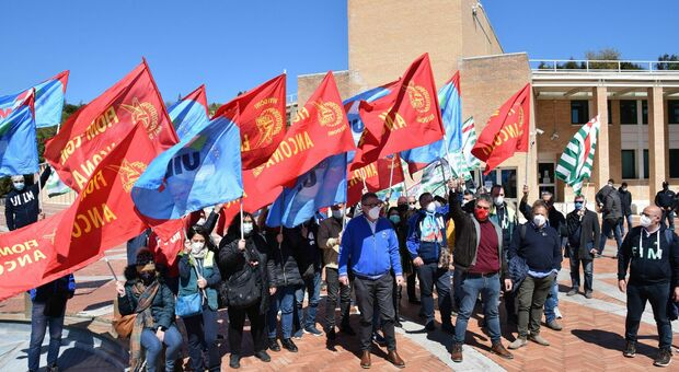 La protesta dei lavoratori della Elica davanti alla Regione
