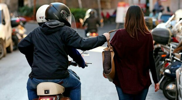 Allarme furti: due donne scippate in pochi minuti e ladri all'assalto di negozi e pizzerie