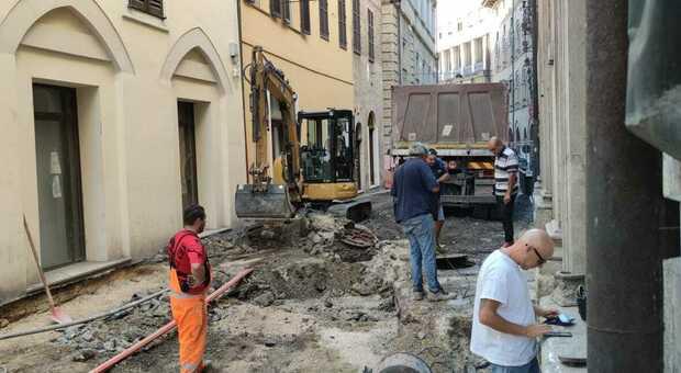 Gli scavi in corso in via della Loggia