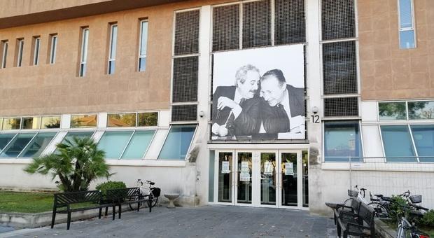 L'ingresso del tribunale di Pesaro
