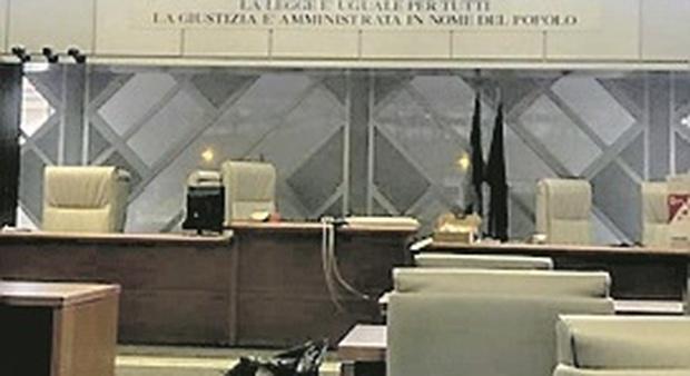 Ancona, il figlio perseguita l'ex fidanzatina, il padre fa pressioni per cancellare la denuncia: entrambi a processo