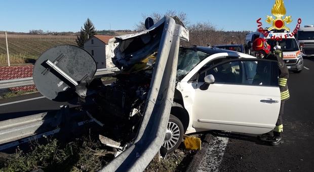 Tolentino, auto squarciata dal guardrail dello svincolo: bimbo di due anni salvato dal seggiolino